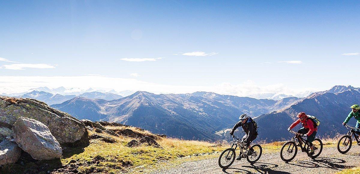 Mountainbiker genießen das strahlende Wetter und das Bergpanorama in Saalbach