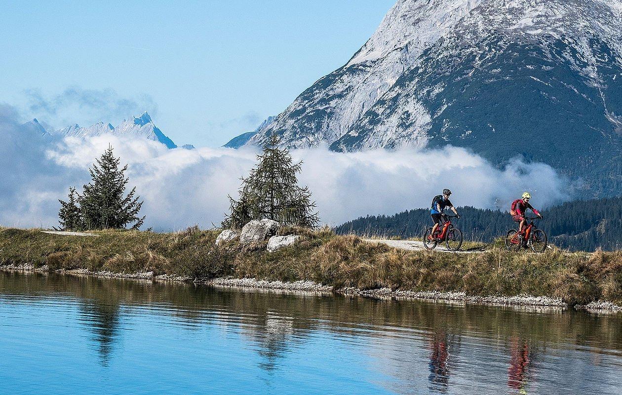 Mountainbiker beim Kaltwassersee in der Region Seefeld