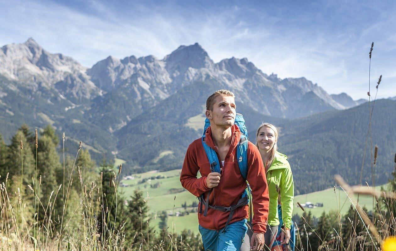 Zwei Wanderer mir Rucksack im Gelände rund um den Hochkönig