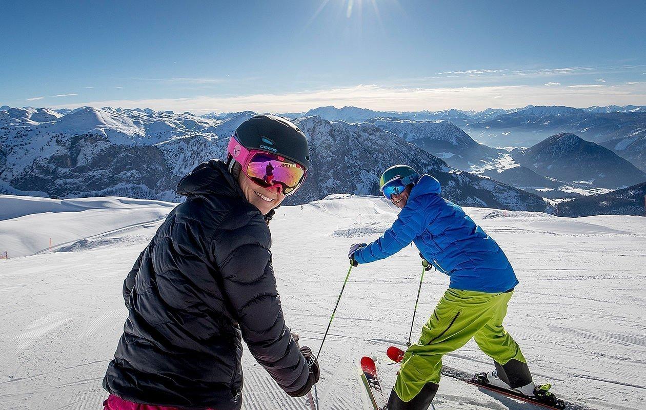 Zwei Skifahren genießen Aussicht am Skiberg Loser