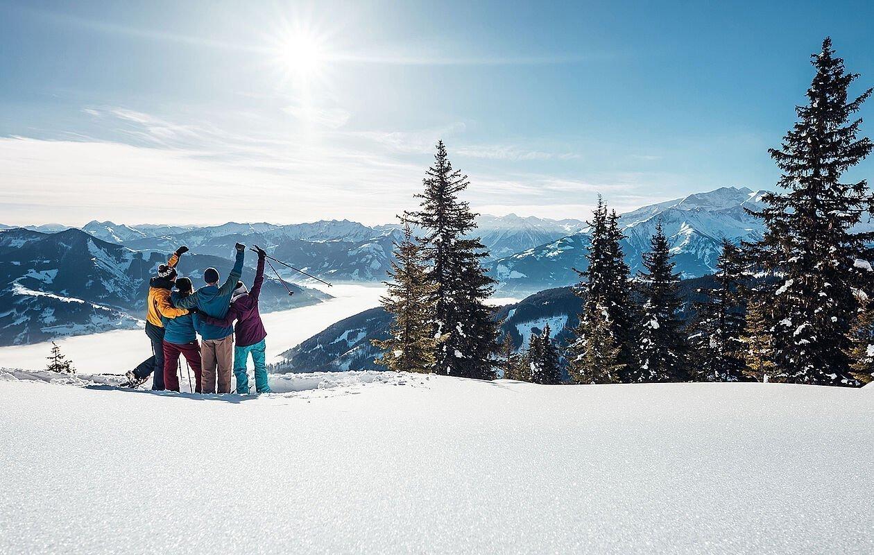 Gruppe beim Schneeschuhwandern in Zell am See