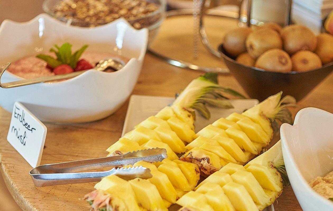 Schön angerichtetes Obst beim Frühstücksbuffet in Saalbach