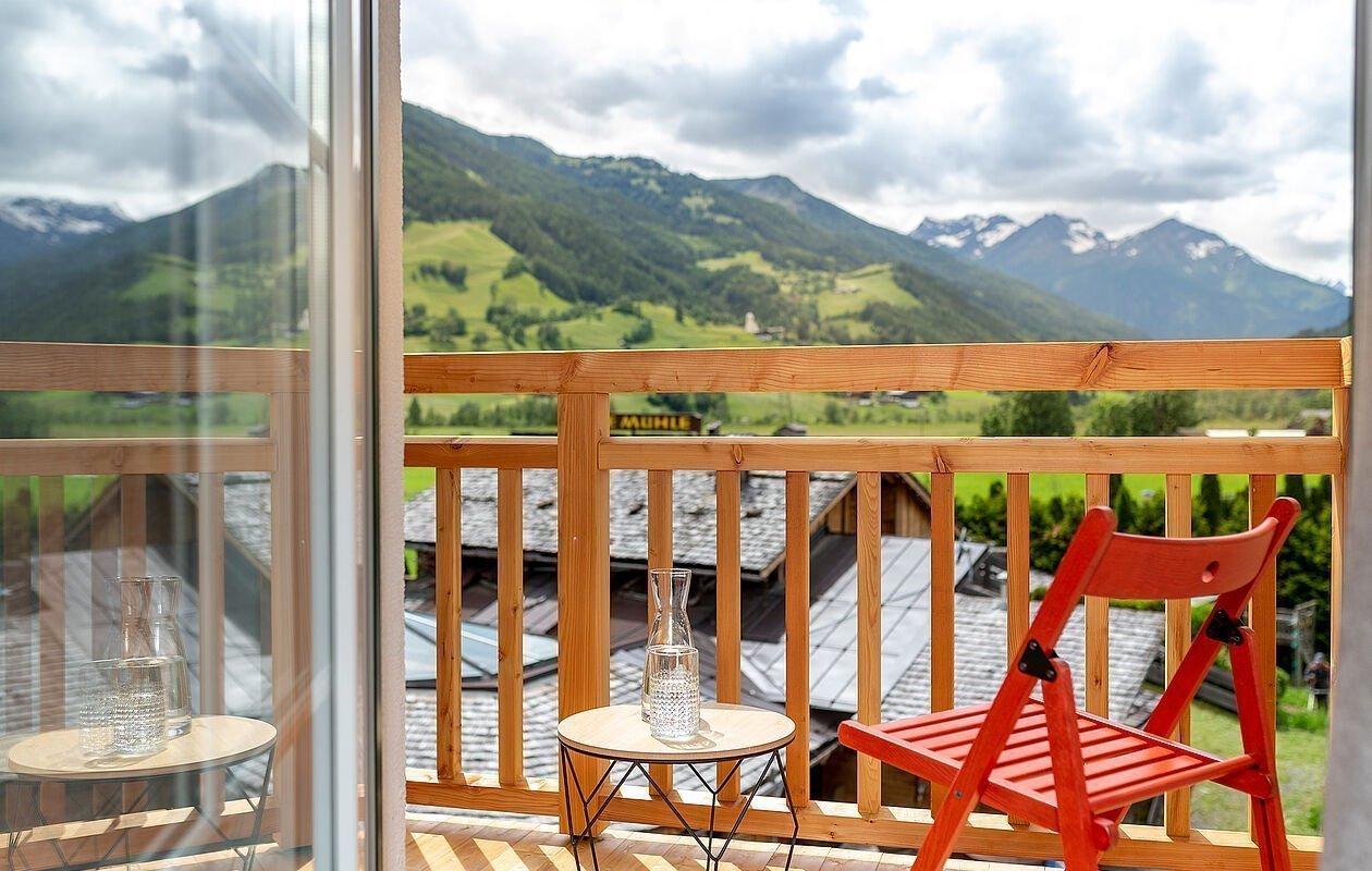 Grandioser Ausblick auf die Berge am Balkon vom AlpenParks Montana Matrei