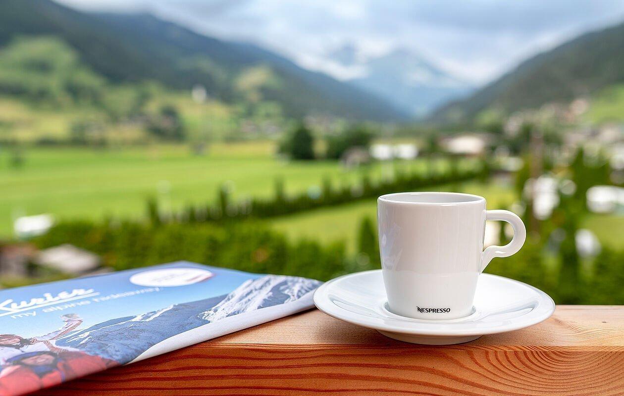 Nespresso Kaffee mit Bergblick
