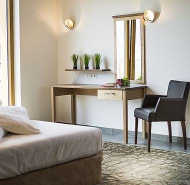 Schlafzimmer Detailansicht mit Schminktisch und Stuhl
