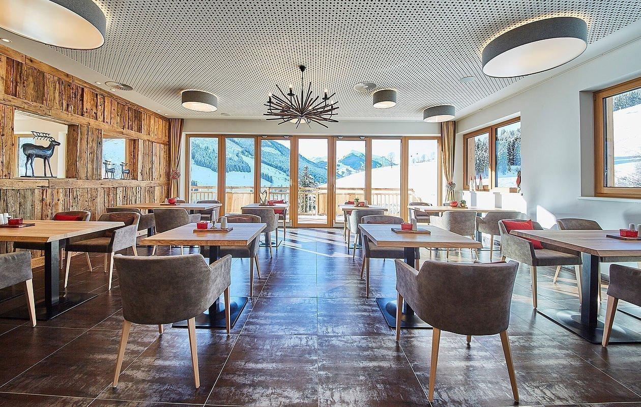 Sonnendurchflutetes Restaurant im Hotel Sonnleiten in Saalbach