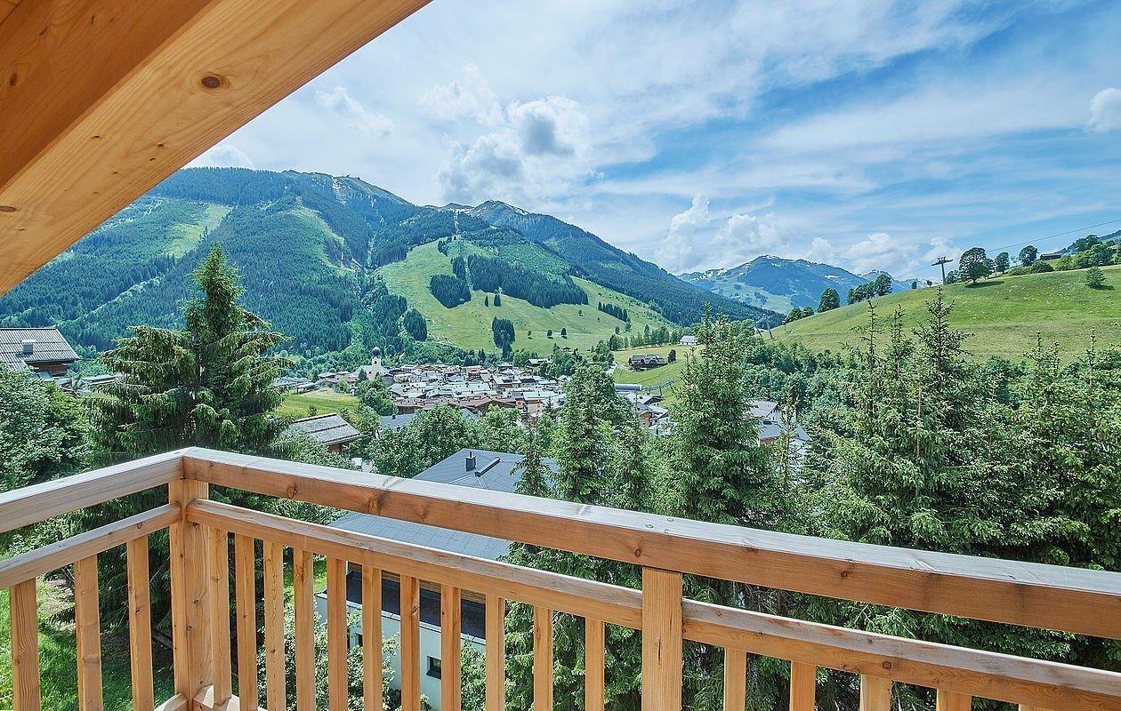 Schöner Holzbalkon mit Ausblick auf die Berge von Saalbach