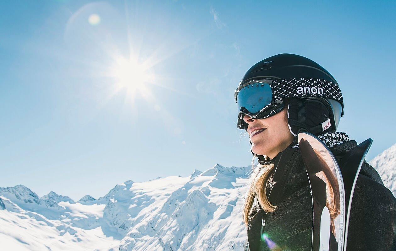 Skifahrerin genießt die Sonne im Skigebiet Großglockner Resort
