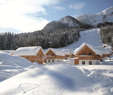 Tiefverschneite Ferienhäuser im Ausseerland