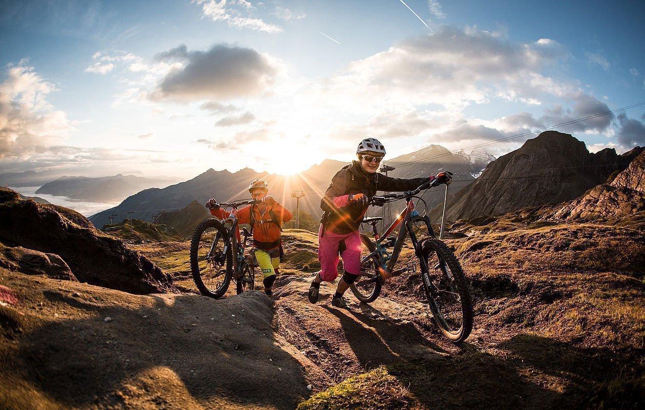 Downhiller genießen erste Abfahrt bei Sonnenaufgang