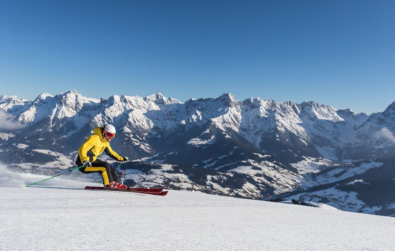 Skifahrer schwingt die bestens präparierte Piste runter