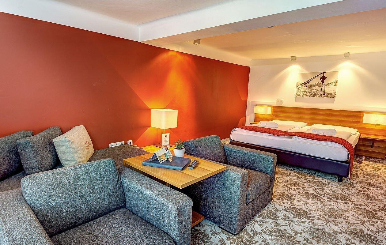 Familienzimmer mit Sofa und Couchsesseln