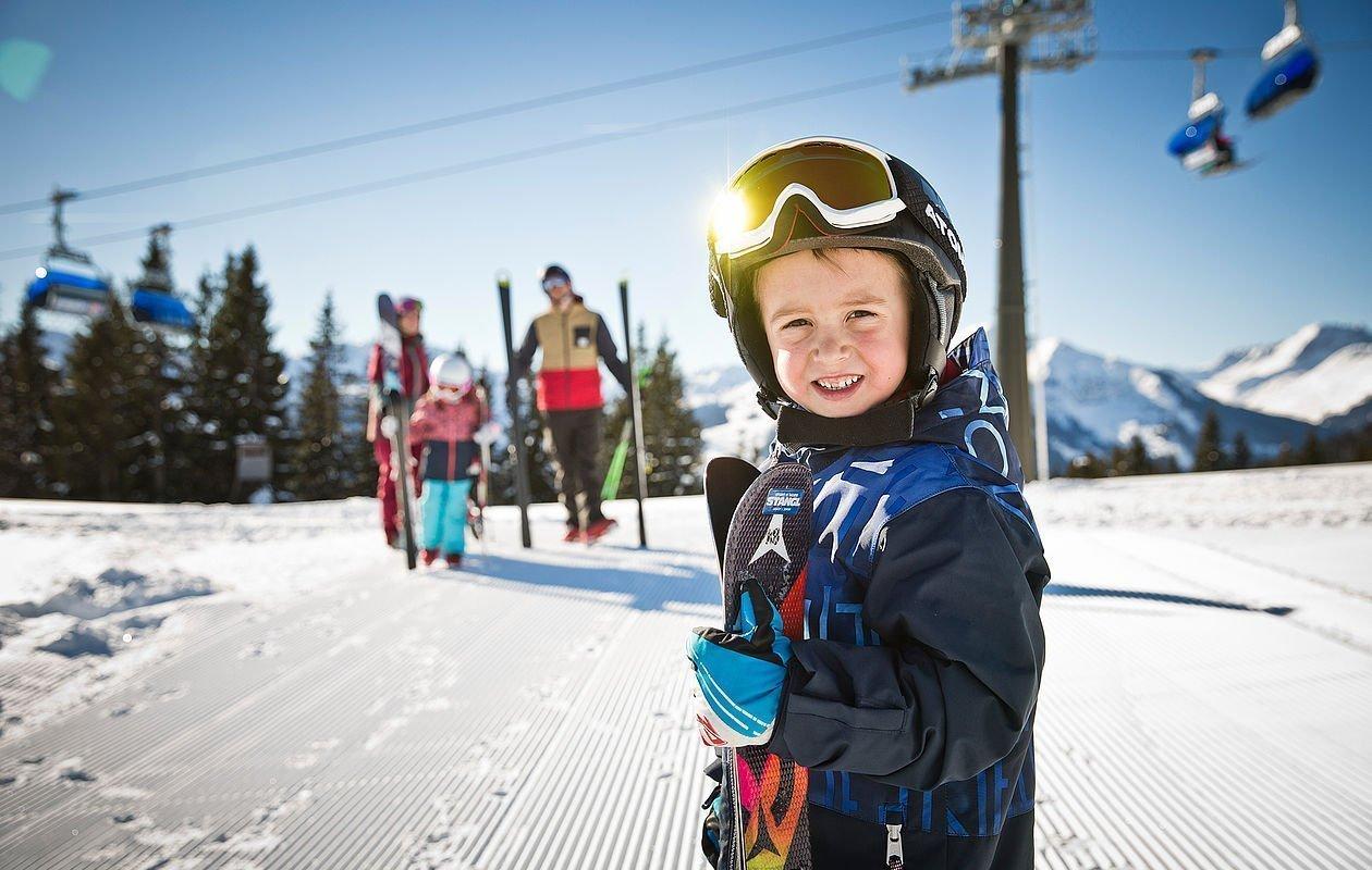 Skispaß beim Familienurlaub in Saalbach Hinterglemm - AlpenParks Hotel & Apartment Sonnleiten
