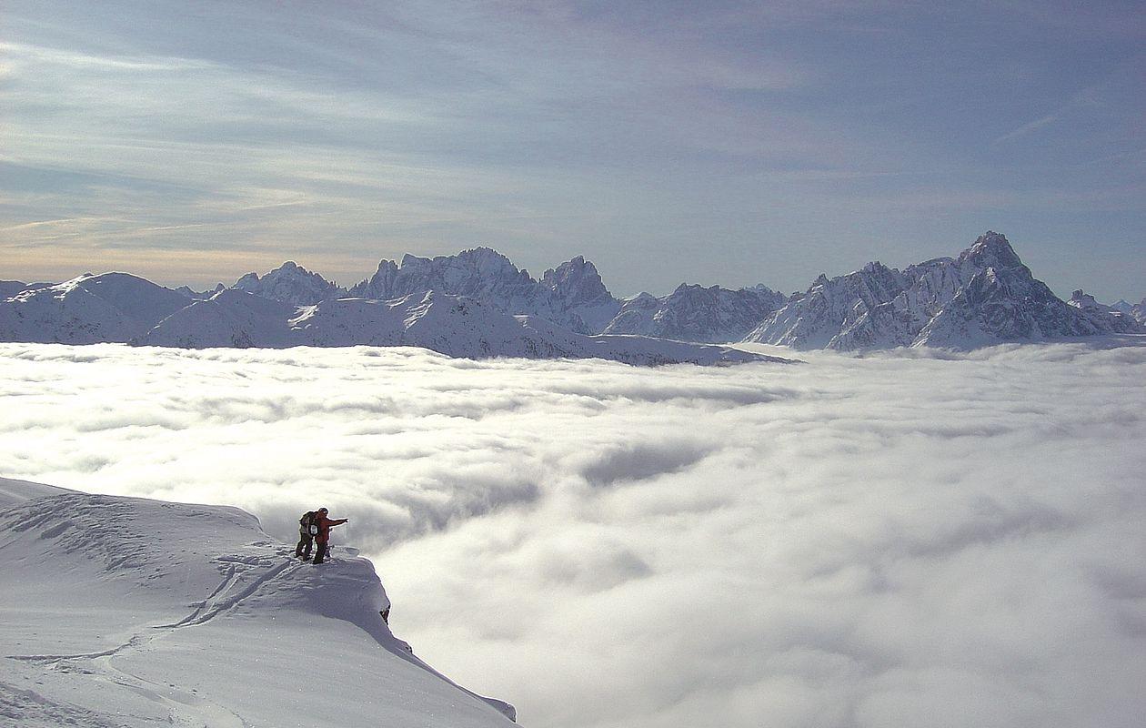 Snowboarder genießt Ausblick über Wolkenmeer