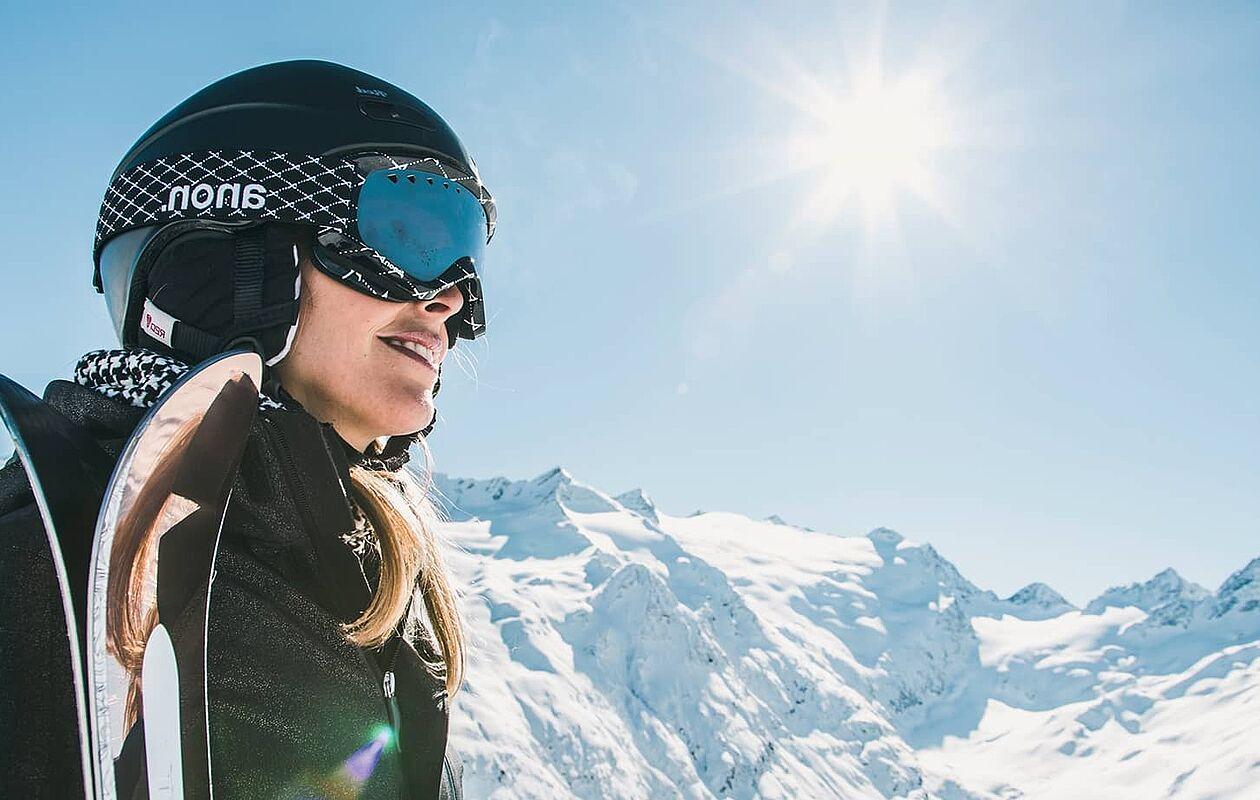 Skifahrerin genießt die Sonne in Matrei in Osttirol