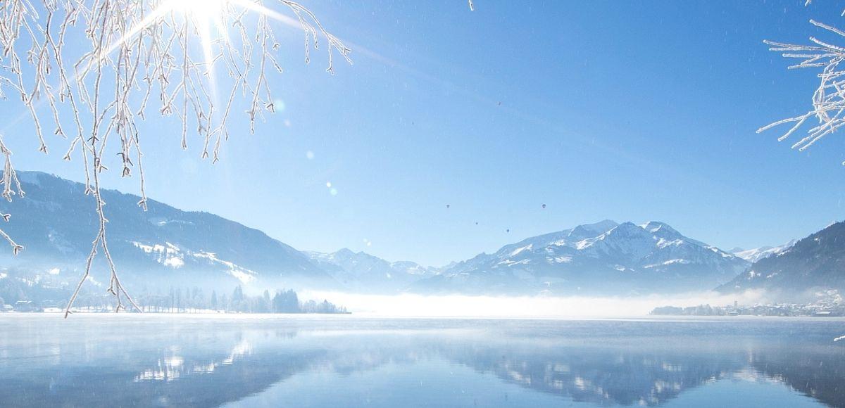 Glasklarer Zeller See bei schönem Wetter im Winter