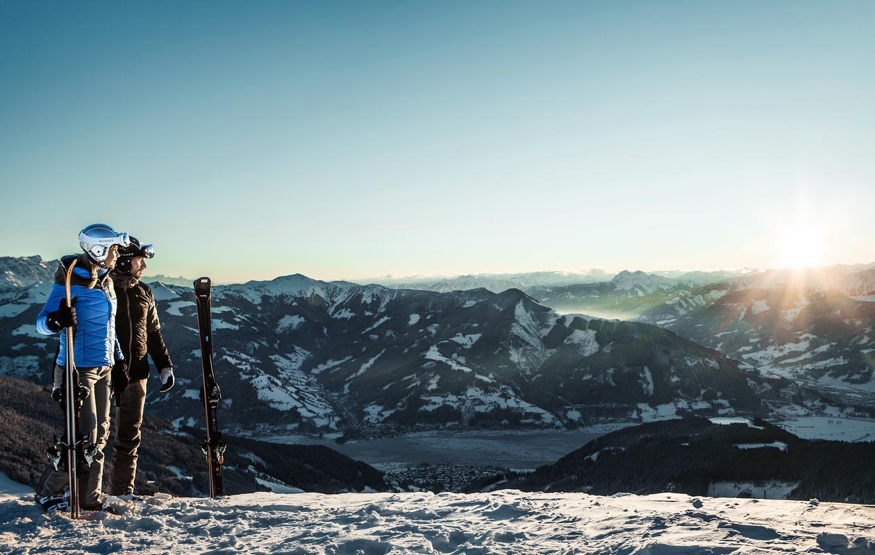 Skifahrer genießen Sonnenuntergang am Berg