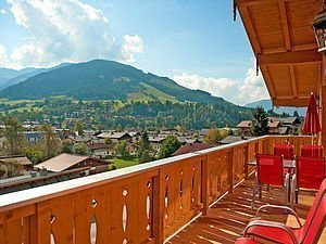 Balkonblick auf das Bergdorf Maria Alm und die Berge