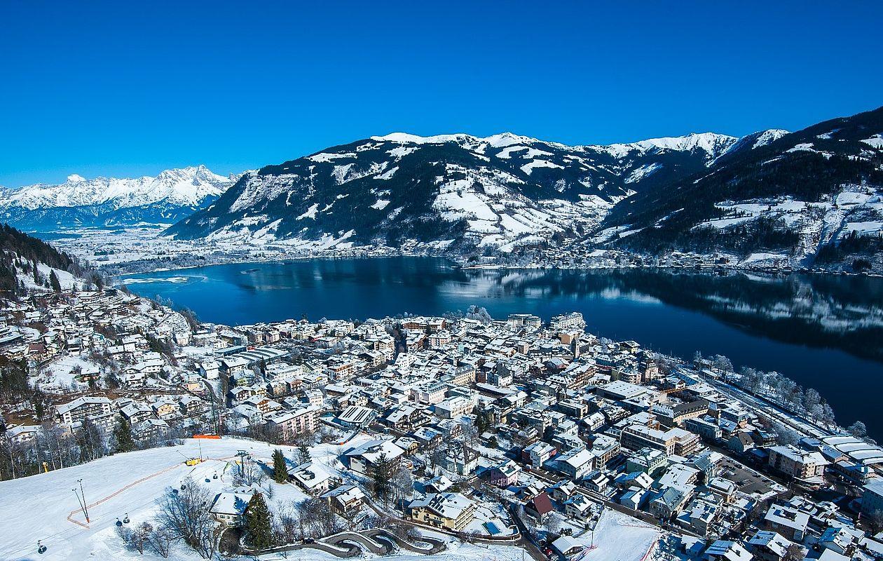 Winterliche Drohnenaufnahme von der Stadt Zell am See mit Zeller See