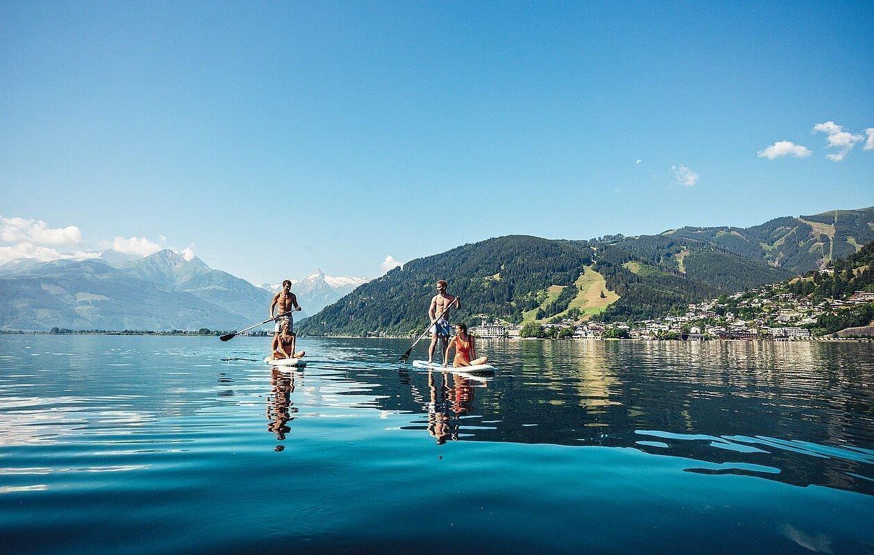 Familie beim Stand up paddeling am glasklaren Zeller See