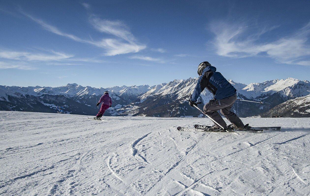 Zwei Skifahrer bei der Abfahrt in Osttirol