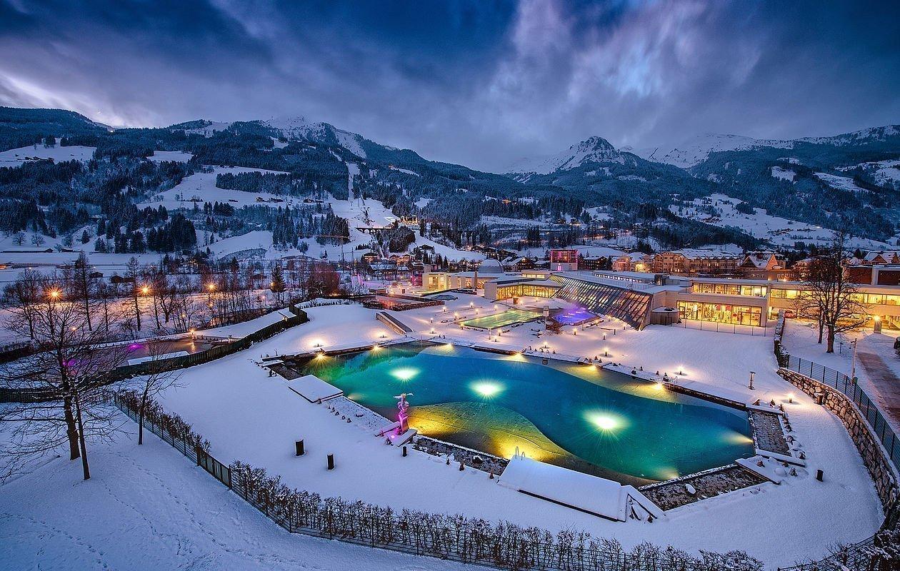 Außenansicht der Alpentherme bei Abenddämmerung
