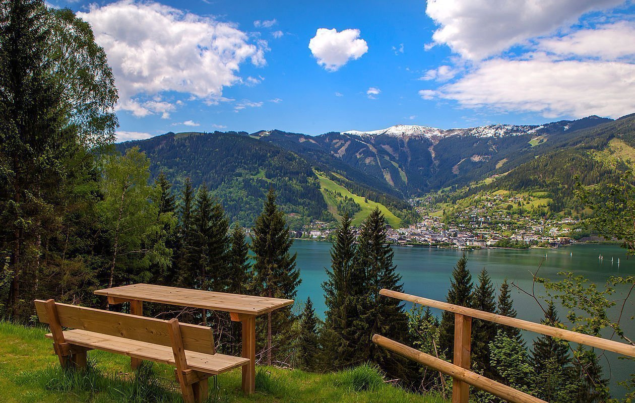 Nette Holzbank mit Tisch lädt zum Verweilen oberhalb vom Zeller See ein