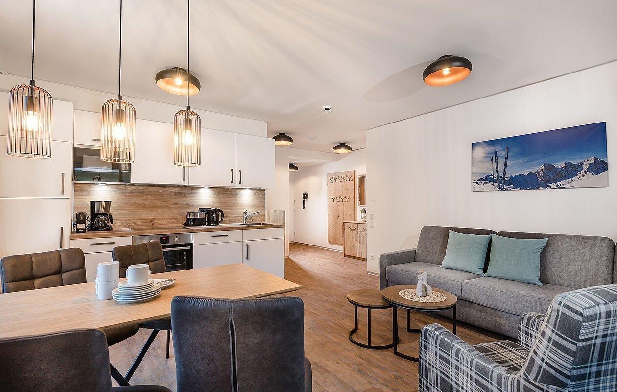 Hell eingerichtetes Apartment im alpinen Stil