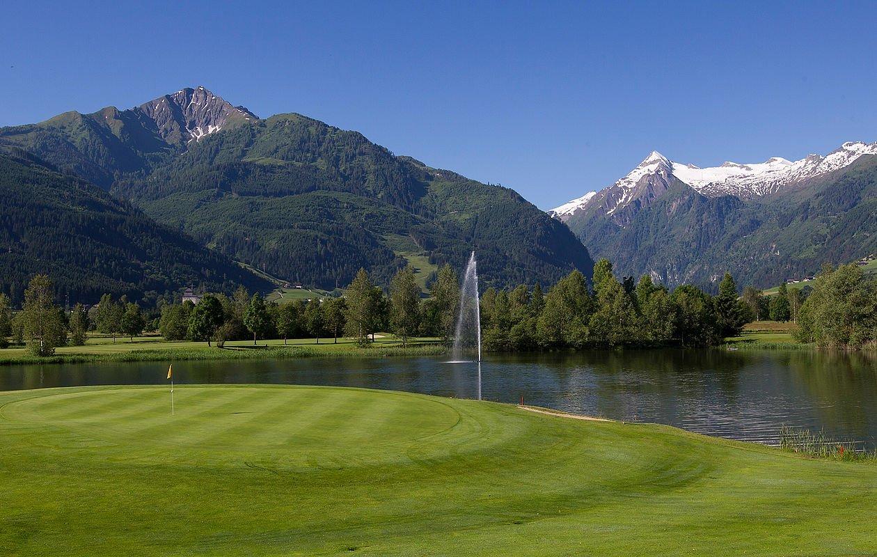 Wunderschöner grüner Golfplatz mit herrlichem Gletscher-Panorama