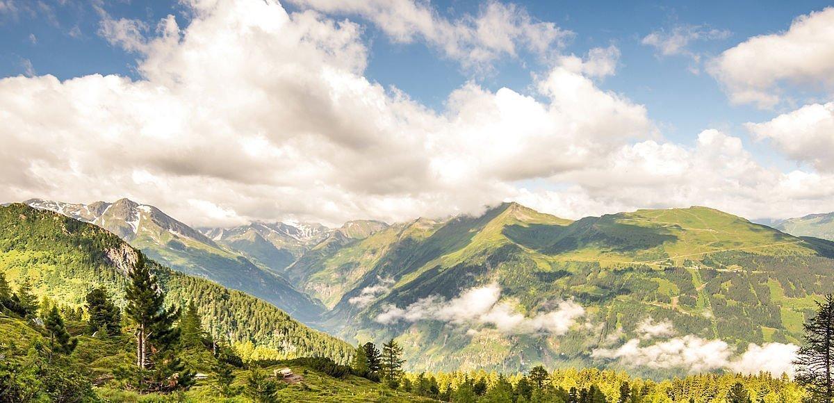 Markierter Wanderweg mit gigantischen Ausblick auf die Gasteiner Bergwelt