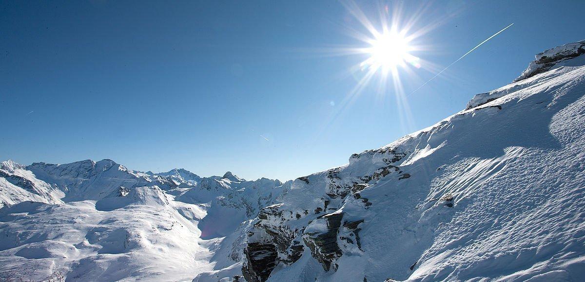 Ausblick über die verschneiten Berge Österreichs