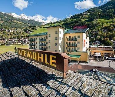 Hotel Matrei und das Wirtshaus Alte Mühle mit Blick auf die umliegende Bergwelt