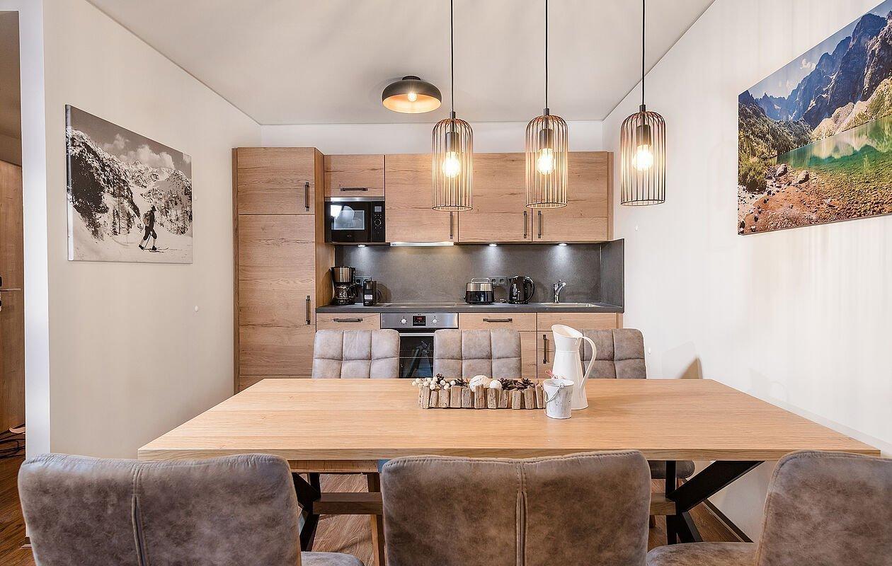 Moderne Küche mit großem Esstisch und Stühlen