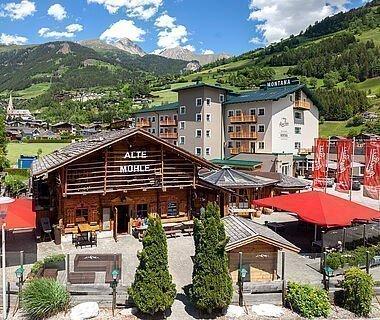 Sommerliche Außenaufnahme vom AlpenParks Montana Matrei