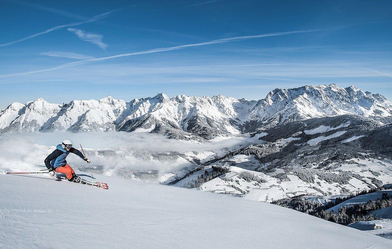 Skifahrer genießt die Abfahrt im Skigebiet Hochkönig