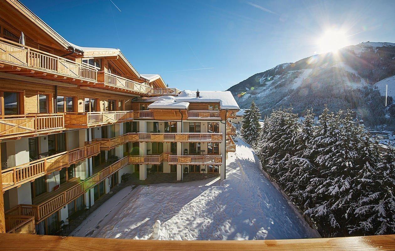 Neues Hotelgebäude in tiefverschneiter Landschaft in Saalbach
