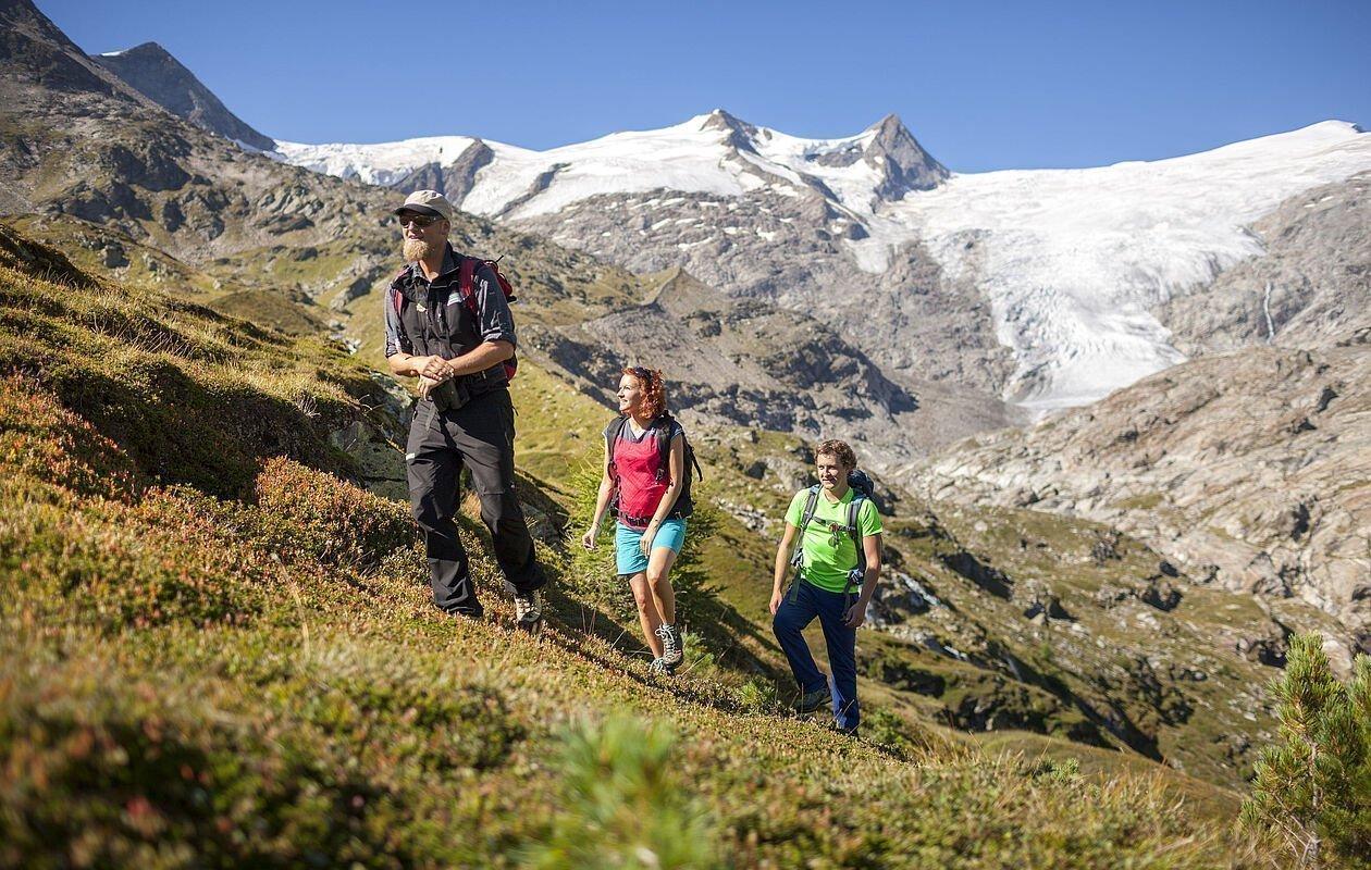 Wandergruppe erkundet das Innergschlöss in Osttirol