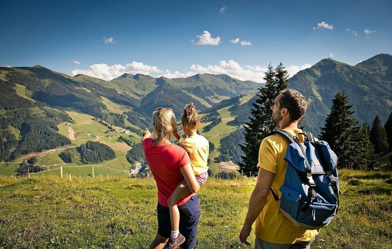 Junge Familie genießt den Ausblick auf die Bergwelt