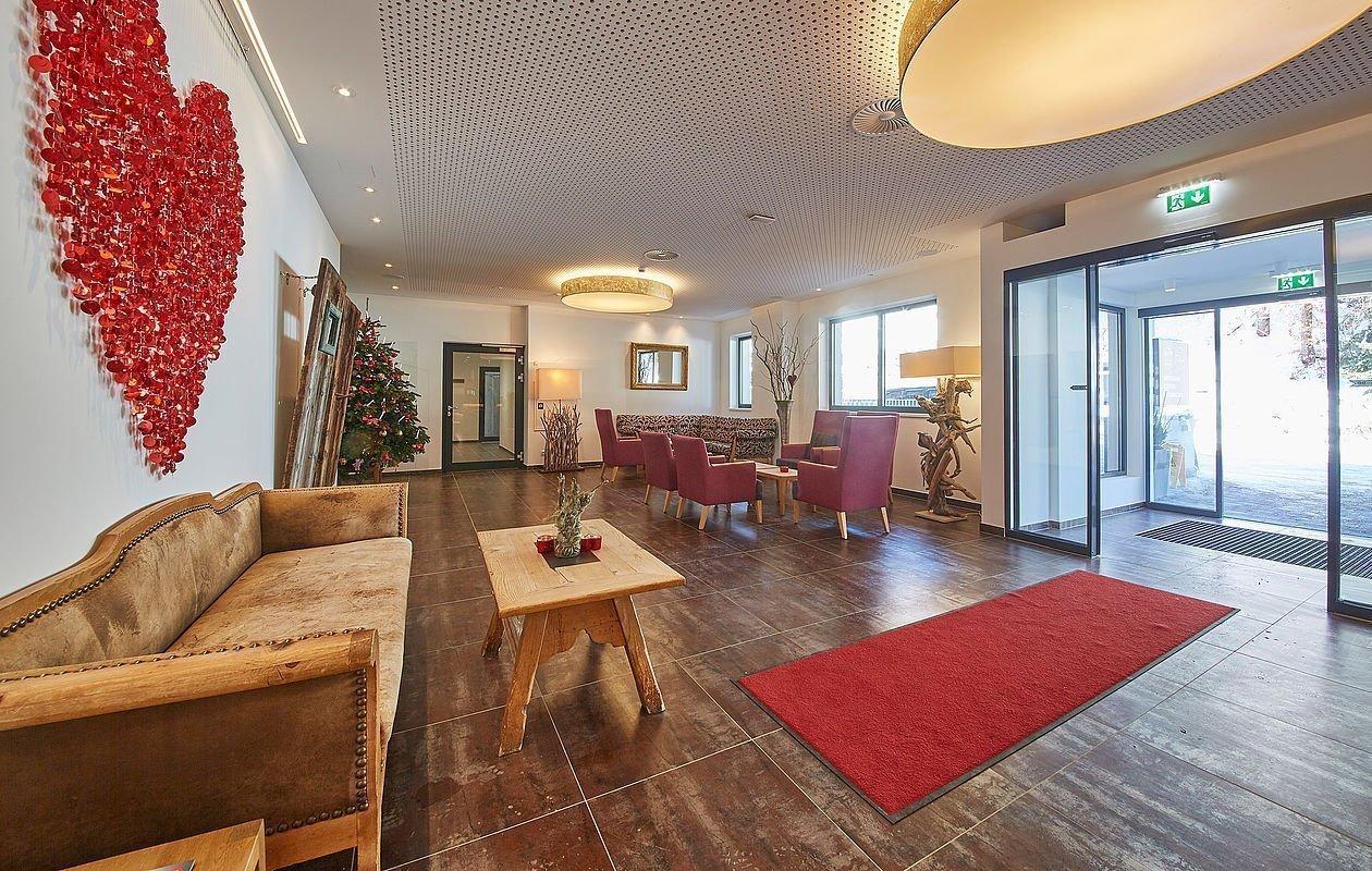 Großzügiger Rezeption und Loungebereich im Hotel Sonnleiten