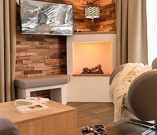 Kaminofen mit Couchsessel und Kuscheldecke