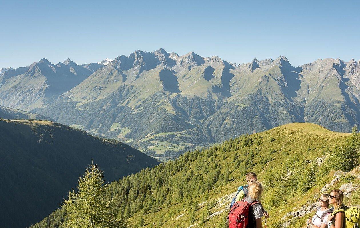 Wandergruppe genießt die Jause bei gigantischem Bergpanorama