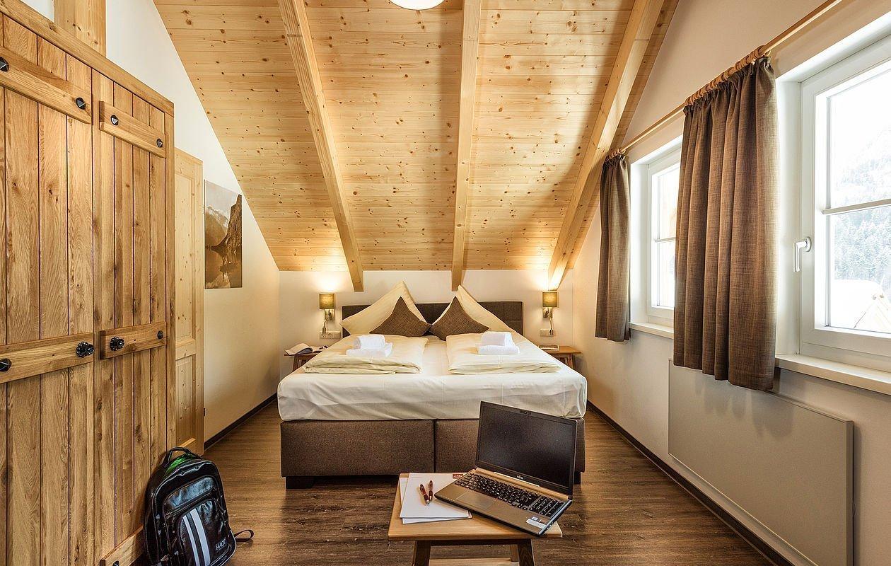 Modern eingerichtetes Schlafzimmer mit großen Fenstern