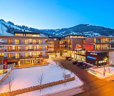 Winterliche Außenaufnahme vom Hotel im Zentrum von Zell am See