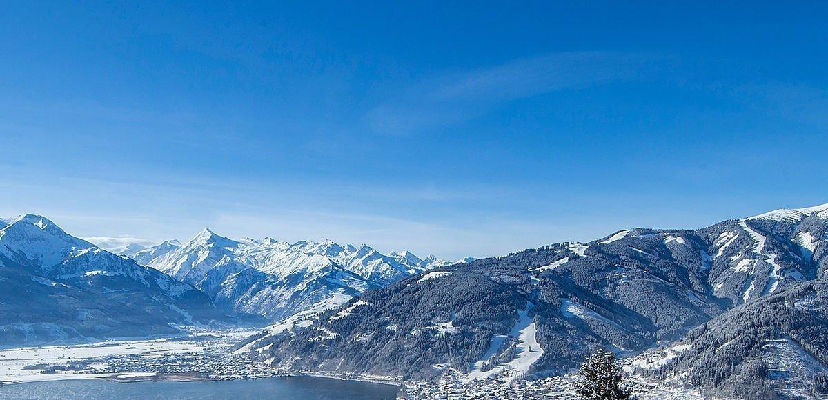 Glitzernde Schneedecke mit Blick über Zell am See und zum Kitzsteinhorn