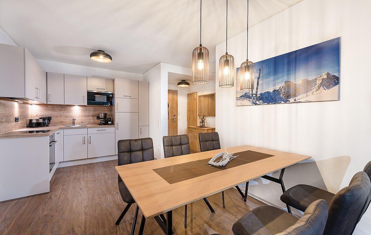 Modisch eingerichtetes Wohn- und Essbereich mit tollen Deckenlampen