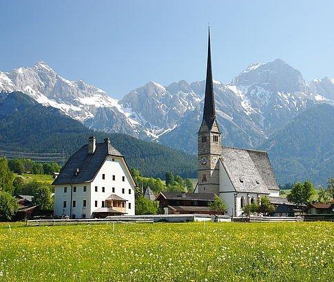 Kirche von Maria Alm umgeben von imposanten Bergen