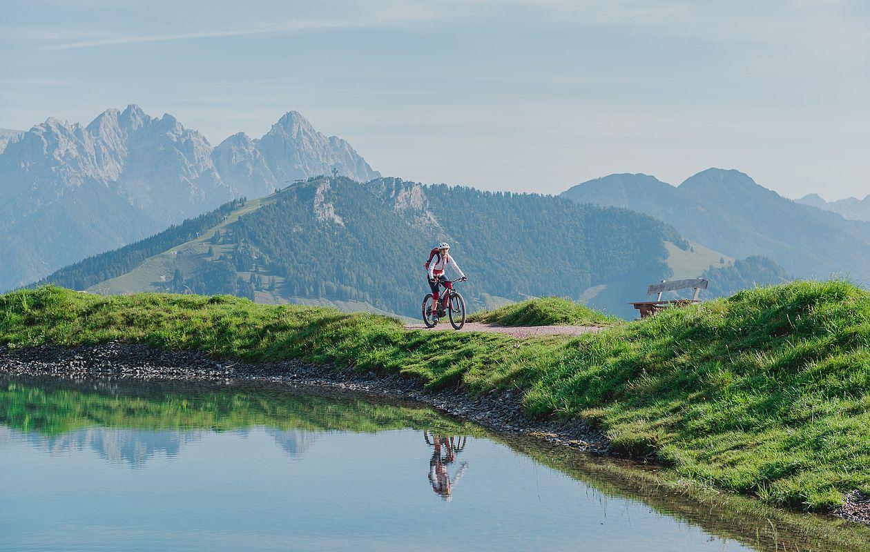 Mountainbiker fährt um einen Bergsee