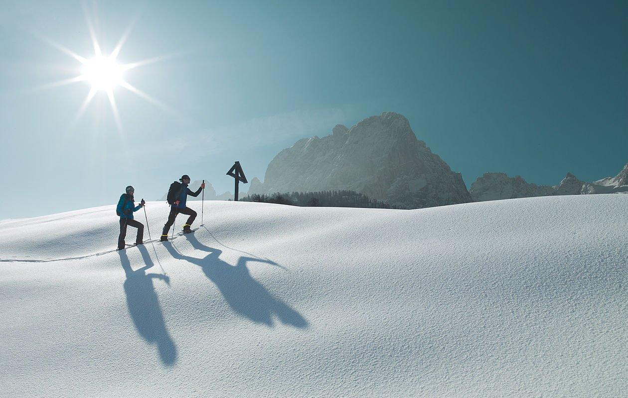 Tourengeher genießen die verschneite Landschaft