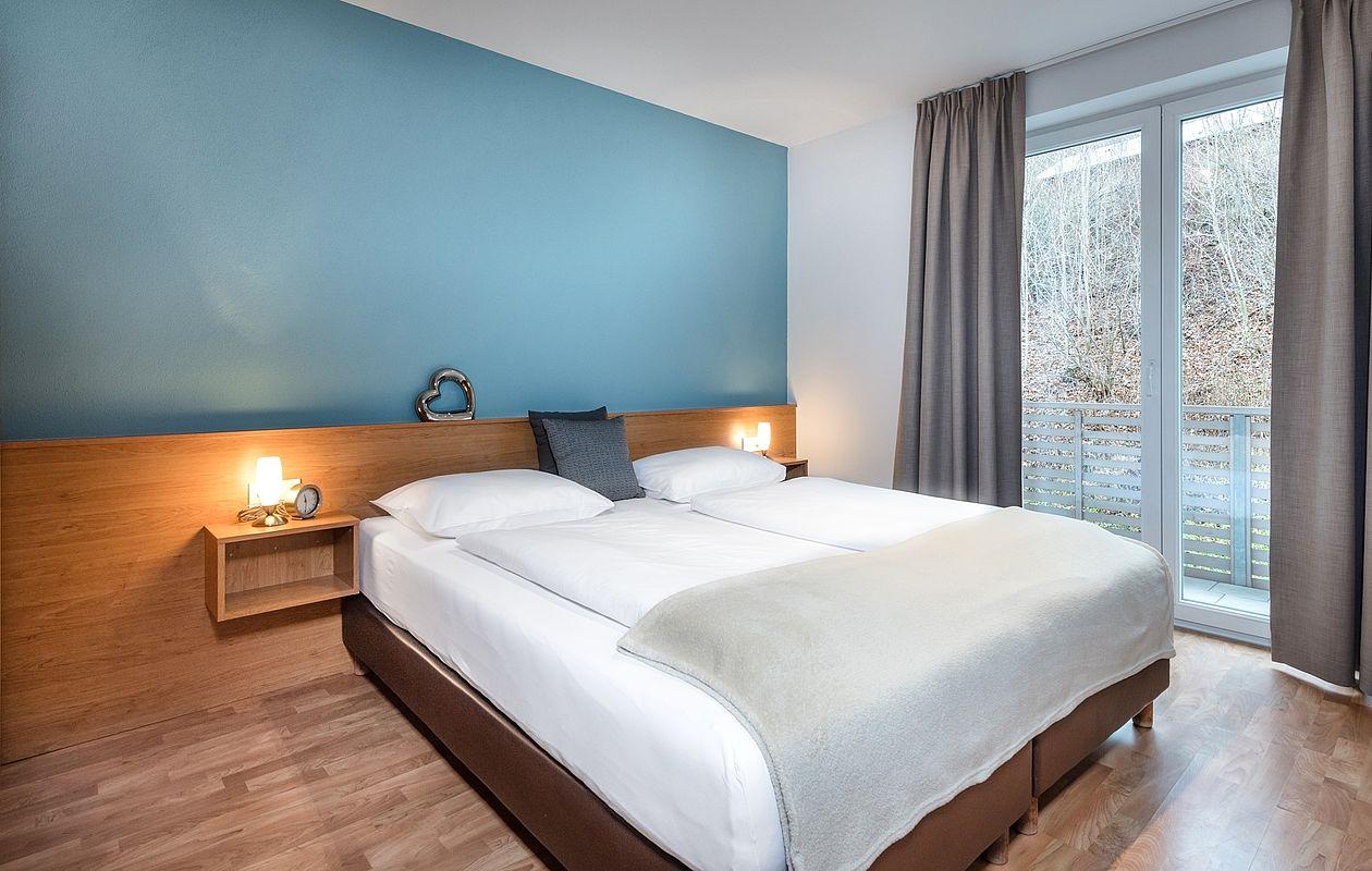 Gemütliche Schlafzimmer mit Doppelbett und Kleiderschrank
