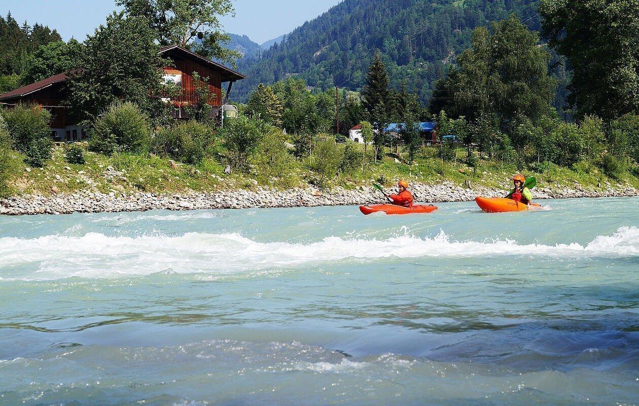 Zwei Kajakfahrer am Wasser in Osttirol